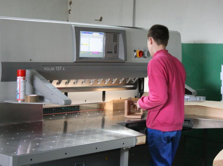 Порезка листовой бумаги на гильотине